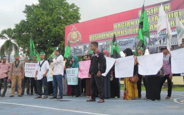 Suasana Aksi Damai Tuntut Ahok Di Halaman Mapolres Ketapang