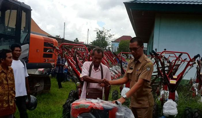 103 Hand Tractor Di Serahkan Kepada Kelompok Tani
