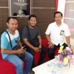 foto suasana beberapa waktu lalu, saat awak media mewawancarai manager pln area ketapang, sumarsono (baju putih).