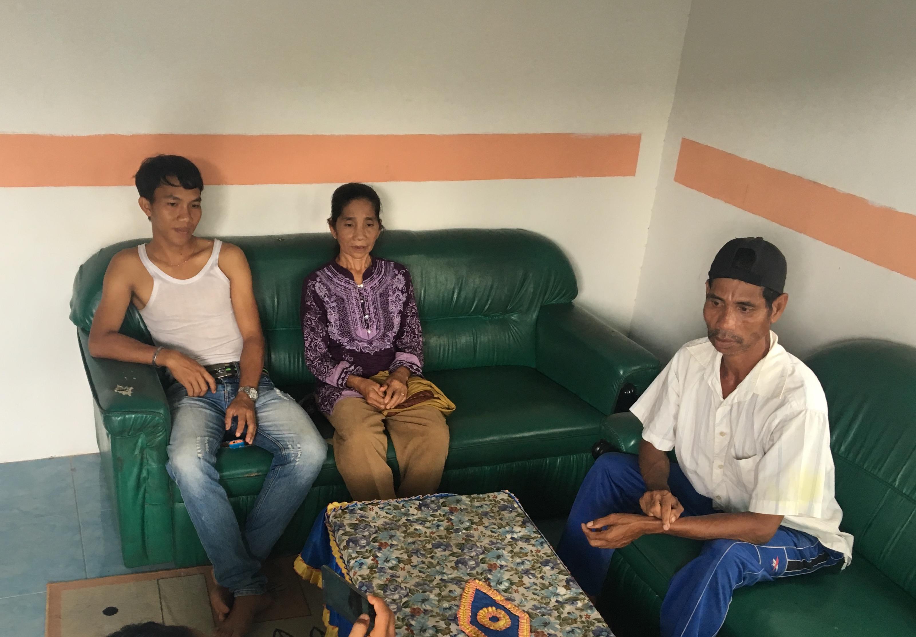 foto dania (baju ungu) saat ditemui di kediamannya, di desa kalinilam, kecamatan delta pawan, Senin (23/1).