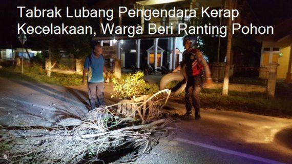 Tabrak Lubang Pengendara Kerap Kecelakaan, Warga Beri Ranting Pohon