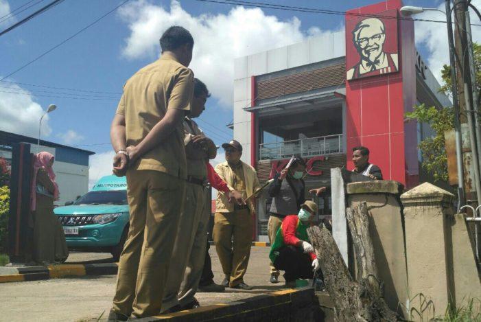 Diduga Penyebab Bau Tak Sedap, Saluran Depan KFC Diperiksa