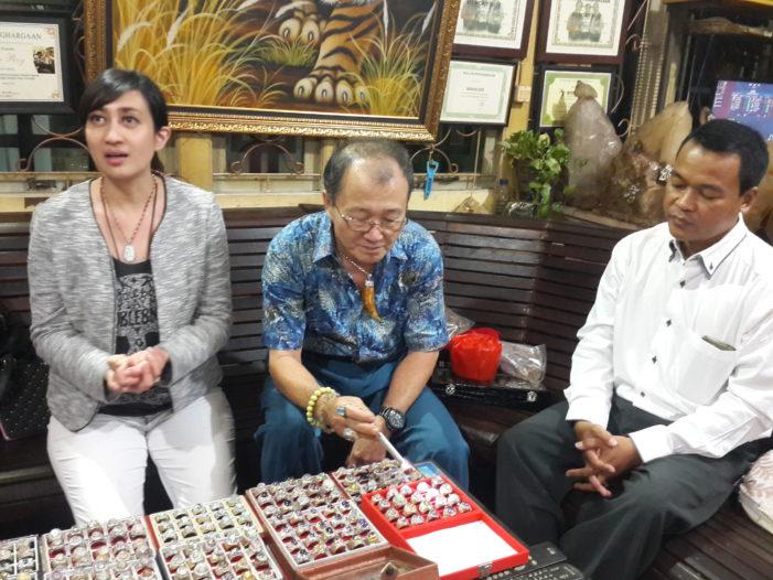 Pesona Kecubung, Artis Helmalia Putri Sambangi Kolektor Kecubung Hengky Roy