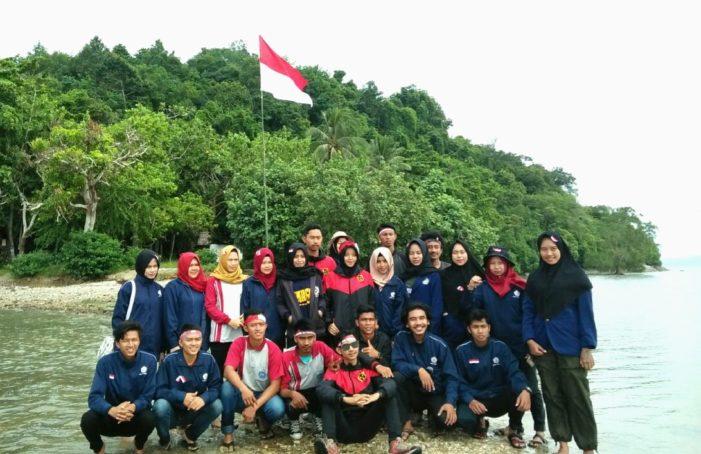 Bendera Merah Putih Berkibar di Pulau Penibung Mempawah