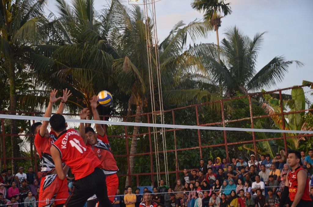 Pertandingan pinal antar klub volly ball dalam kejuaraan Piala Bupati Ketapang tahun 2017 dilapangan Bhayangkara Polres Ketapang