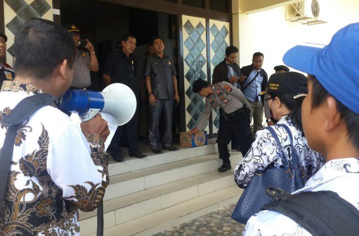 Ratusan Guru Sambangi DPRD Ketapang