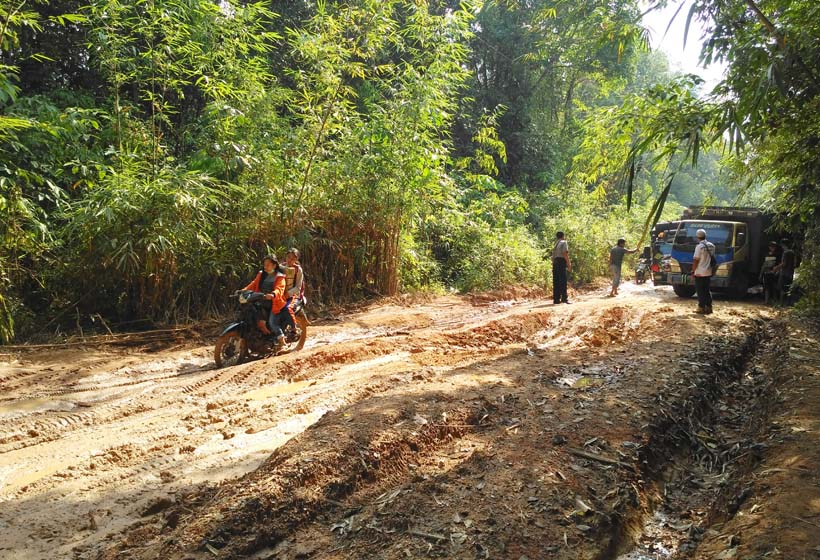 Pengendara Melintas di Jalan Tanjung Tumbang Titi