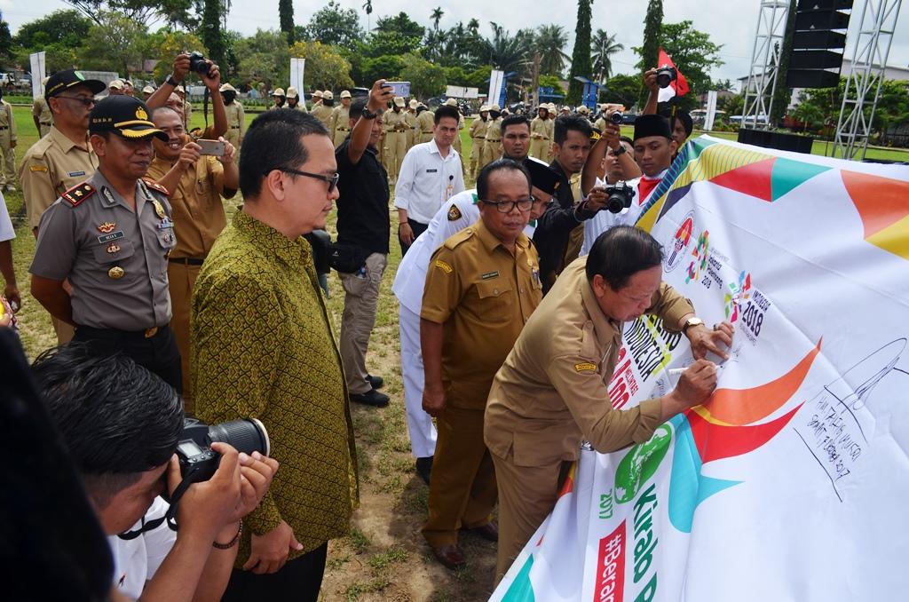 Sekda Drs HM Mansyur M.Si, menandatangani titik singgah peserta Kirab Remaja Indonesia yang melintasi 100 kota dan Kabupaten dilapangan Tanjungpura Ketapang