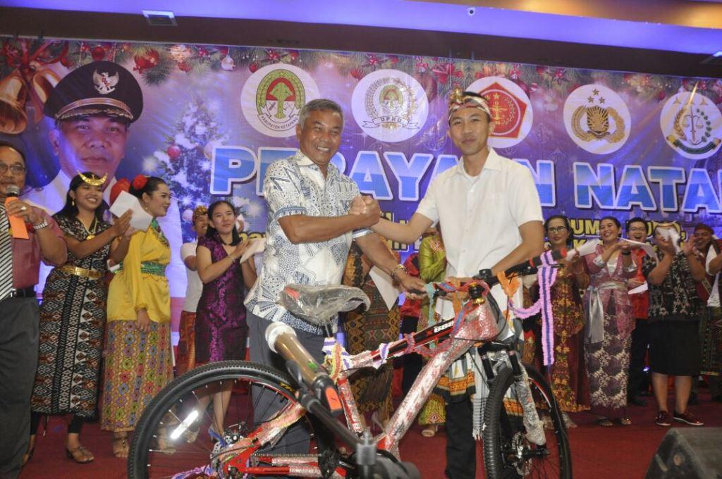 Bupati Martin Rantan SH menyerahkan doorprize kepada peserta kegiatan pada puncak perayaan Natal bersama, TNI,Polri,PNS,BUMN,BUMD, di hotel Borneo Emerald Ketapang