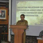 Pj sekda Drs Hernimus Tanam ME membuka pelatihan tenaga pendidik PAUD di aula Bapeda Ketapang (1)