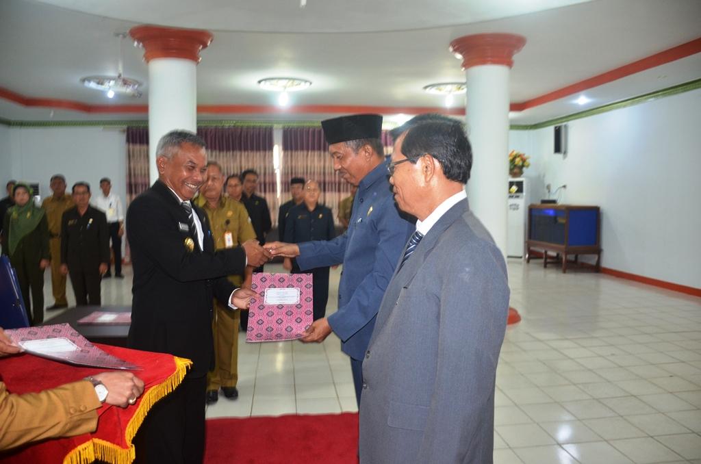 Bupati Martin Rantan SH menyerahkan SK BLU Rsud Drs AGoesdjam Ketapang kepada H Rustami, dan Aloysius Ala, di aula Pendopo Rumah Jabatan Bupati Ketapang