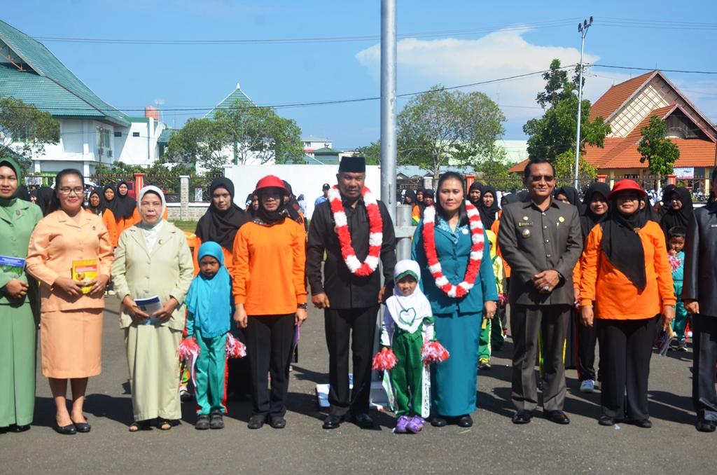 Bupati martin Rantan Sh dan Bunda PAUD Ny Elysabet betty Martin rantan bersama anak PAUD se kabupaten Ketapang usai mengikuti upacara bendera di halaman kantor Bupati Ketapang