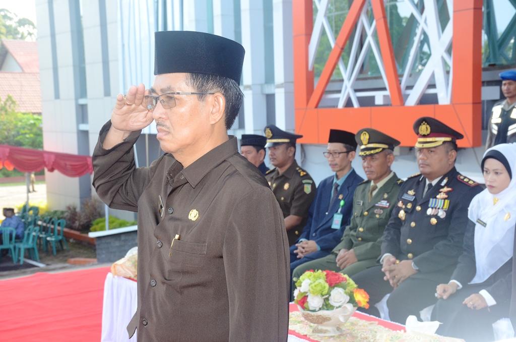 Pj Sekda Drs Heronimus Tanam ME menjadi Inprktur upacara peringatan hari lahir Pancasila di halaman Kantor Bupati Ketapang