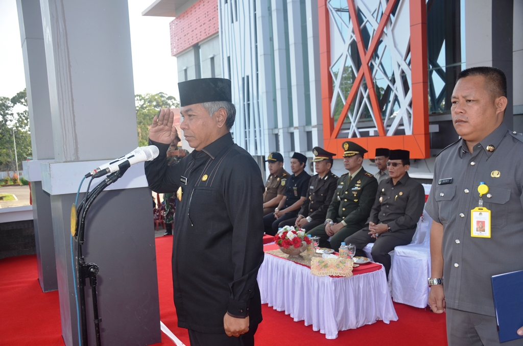 Bupati Martin Rantan SH menjadi inspektur apel peringatan hari kebaung daerah Kalbar di halaman Kantor Bupati Ketapang