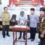 Bupati Martin Rantan menandatangani komimen dengan dengan Banliban kemdgridaerah percontohan penerapan inovasi daerah di pendopo Bupati Ketapang (2)