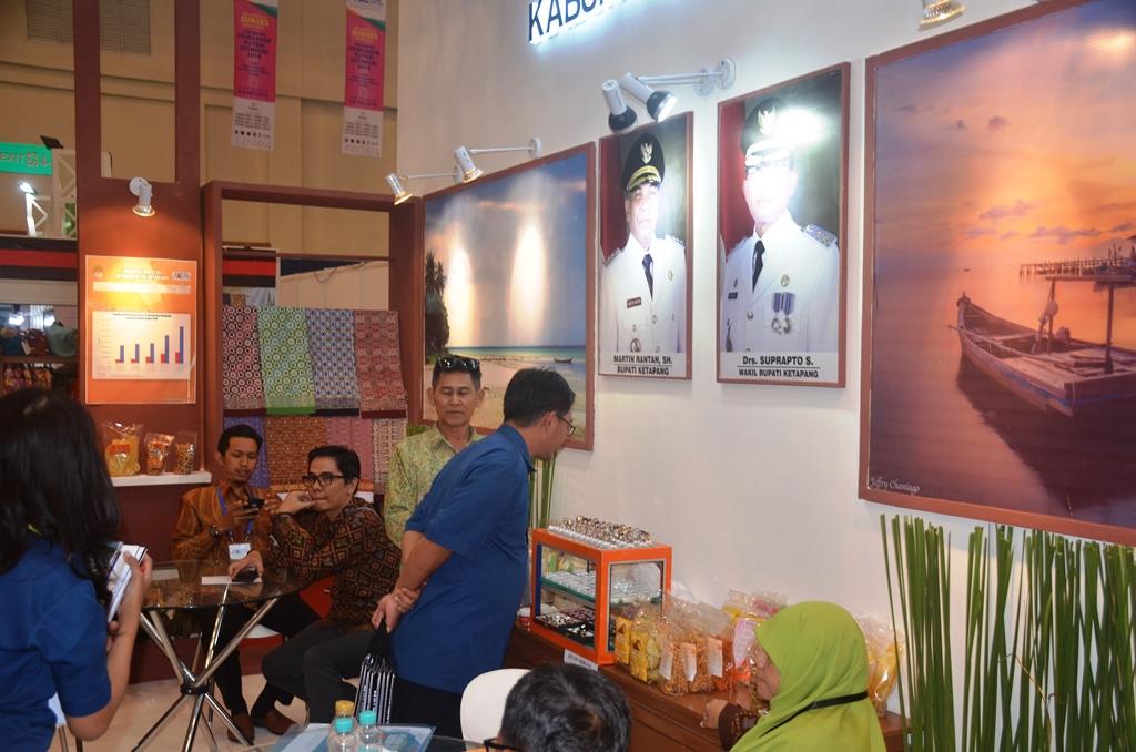 Para pengunjug melihat stand Ketapang diarena Pameran APKASI Expo tahun 2018 diHall 3 Convention Exhibition (ICE) Bumi Serpong Damai Tangerang