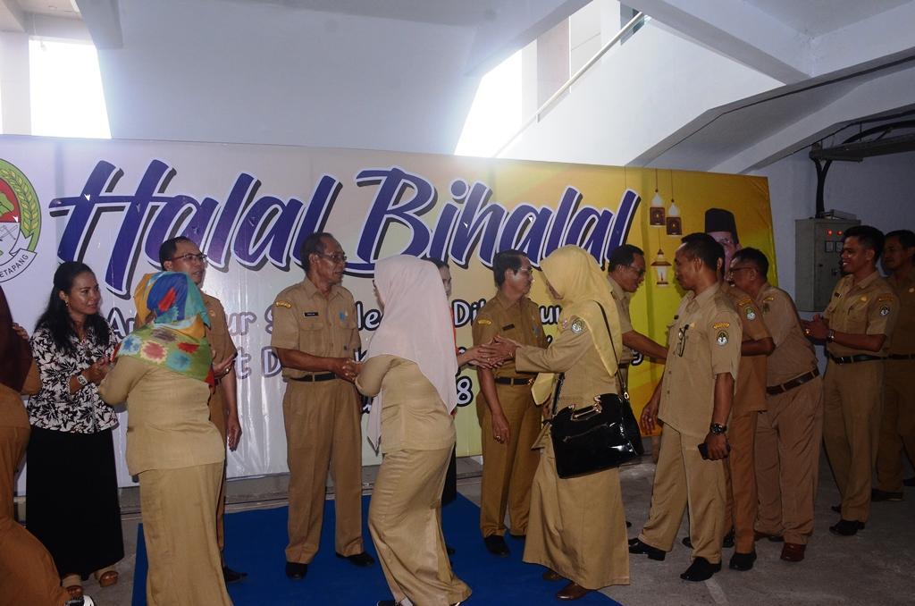 Ratusan ASN menyalami Wabup drs Suprapto dan Pj sekda dalam acara halal bi halal di lingkungan setda ketapang