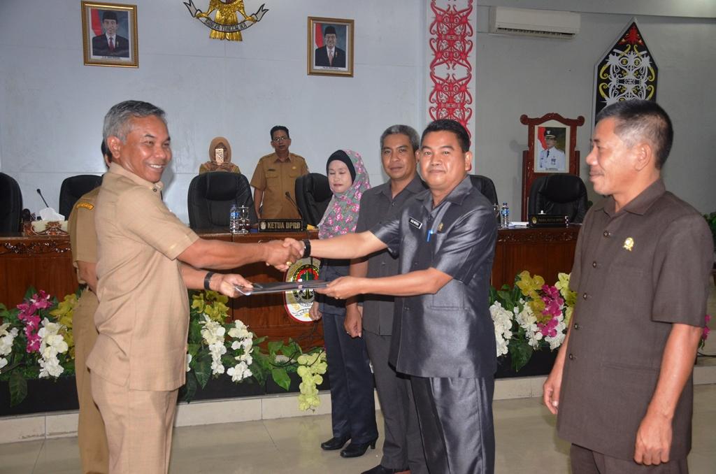 Bupati Martin Rantan SH M,Sos, menerima naskah KUA PPAS dari Ketua DPRD Ketapang Budi Matheus S.Pd, usai sidang paripurna DPRD Ketapang jpg