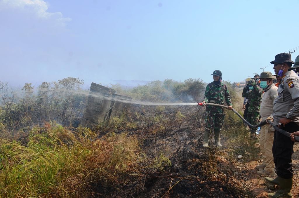 Damdim 1203 Letkol Inf Kav jamian, Kapolres Ketapang AKBP Yuri Nurhidayat bersama Bupati Martin Rantan SH M,Sos terjun langsung memadamkan kebakaran dijalan Pelang Tumbang Titi...
