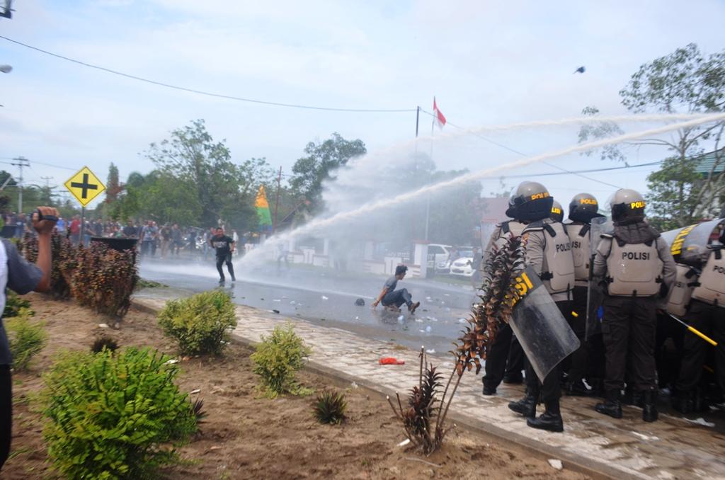 Simulasi kerusuhan pemilu yang dilaksanakan Polres Ketapang dalam antisipasi pengaman pemilu tahun 2109 di depan Kantor Bupati Ketapang.,,jpg