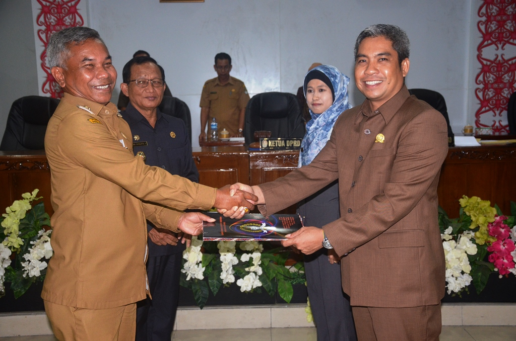 Bupati Martin Rantan SH M Sos, menerima berkas dokumen persertujuan APBD Perubahan dari Wakil Ketua DPRD Junaidi SP usai sidang Paripurna di ruang sidang Gedung DPRD Ketapang. 2
