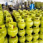 Sejumlah pekerja berada di area pengisian gas elpiji tabung tiga kilogram bersubsidi, di Stasiun Pengisian Pengangkutan Bulk Elpiji (SPPBE) Rayon I Sidoarjo, Senin (23/2). Pertamina menjamin amannya persedian elpiji bersubsidi tiga kilogram di seluruh Jatim, menyusul pasca ditetapkannyai Harga Eceran Tertinggi (HET) yang telah ditentukan pemerintah daerah Jatim. ANTARA FOTO/Eric Ireng/ss/nz/15