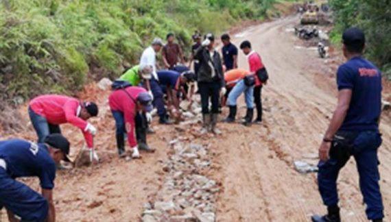 BGA Lakukan Kerja Bhakti Perbaiki Ruas Jalan Sungai Kelik – Nanga Tayap