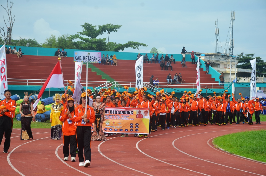 Kontingen Porprov ke XII Kabupaten Ketapang melintasi podium pada parade opening ceremony PORPROV ke XII di SSA