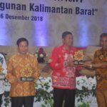 Bupati Martin Rantan memberikan cindera mata kepada nara sumber seminar percepatan pembangunan di Hotel Borneo Emerald ..
