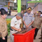 Bupati Martin Rantan menandatangan prasasti peresmian beroperasinya pabrik Kelapa Sawit PT Lanang Agrgo Bersatu di Kecamatan Sandai