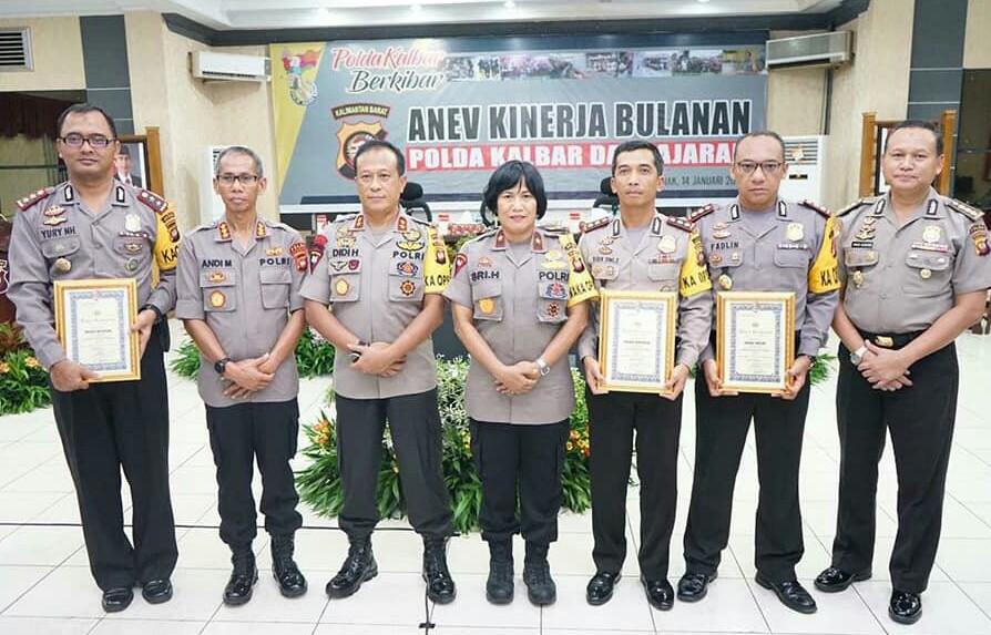 Kapolres Ketapang, AKBP Yuri Nurhidayat poto bersama Kapolda Kalbar dan para pimpinan Polres penerima penghargaan.