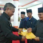 Penyerahan SK Dewan Pengawas PDAM Ketapang oleh Bupati Ketapang, Martin Rantan.