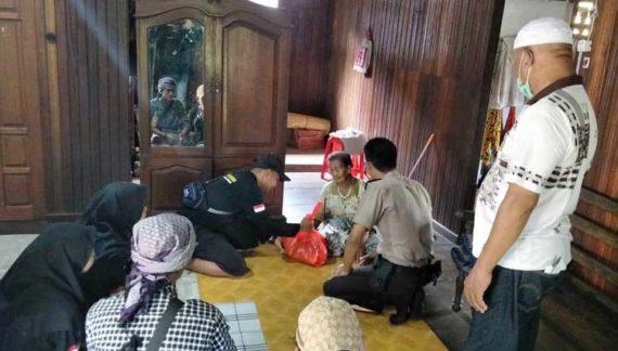 Jelang Idul Fitri, Polsek Kendawangan Bersama Komunitas Pemuda Bagikan Paket Sembako