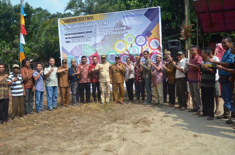 Bupati Martin Rantan berama rombongan dan perangkat desa desa Balai pinang dalam louching desa fokus di Kecamatan Simpang Hulu