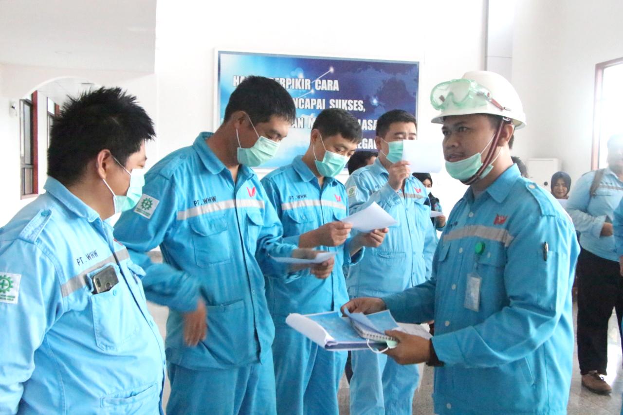 Karyawan mengikuti kegiatan diskusi kesehatan.