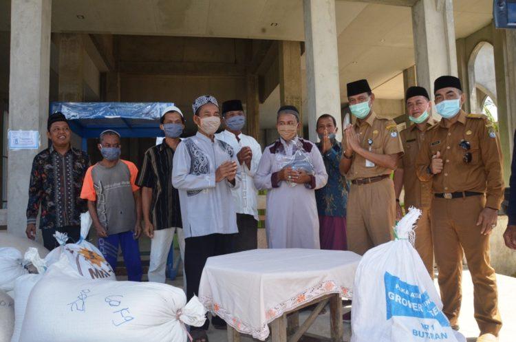 Sekda Farhan bersama Asisten II Marwannoor menyerahkan bantuan beras kepada pengurs Masjid AL Muttaqin Kecamatan Tumbang Titi