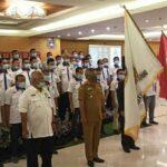 Penyerahan petaka dari Ketua PSSI Kalbar kepada Bupati Ketapang Martin Rantan.