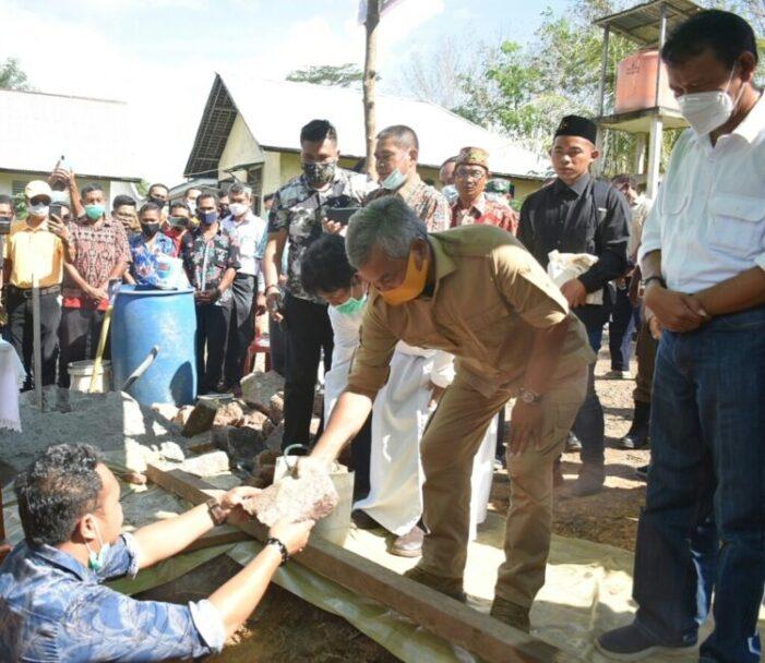 Bupati Letakan Batu Pertama Pembangunan Gereja Air Upas