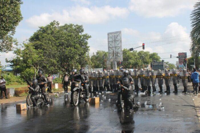 Massa Ricuh Di Kantor KPU Ketapang