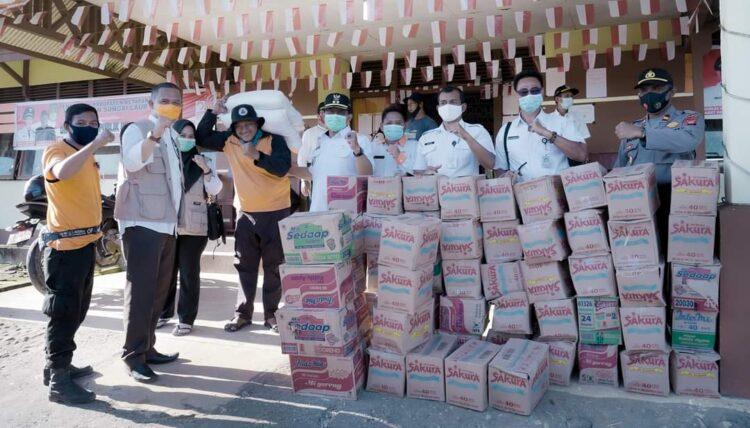 Pj Bupati menyerahkan bantuan untuk korban banjir.