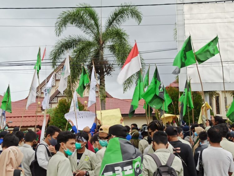 Ratusan mahasiswa ketapang berunjuk rasa di DPRD Ketapang menolak UU Cipta Kerja