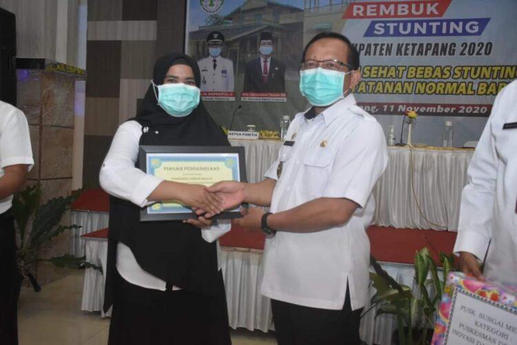 PLT. Bupati Beri Penghargaan Puskesmas Sungai Melayu Rayak.