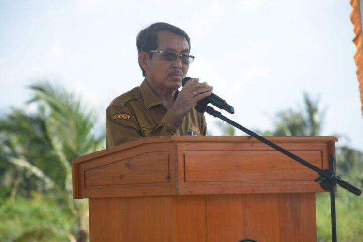 .Pj Sekretaris Daerah Ketapang, Drs. Heronimus Tanam, ME saat menghadiri serah terima dokumen penyelesaian sengketa antara Koperasi Bina Satong Lestari (BSL) dengan PT KAL