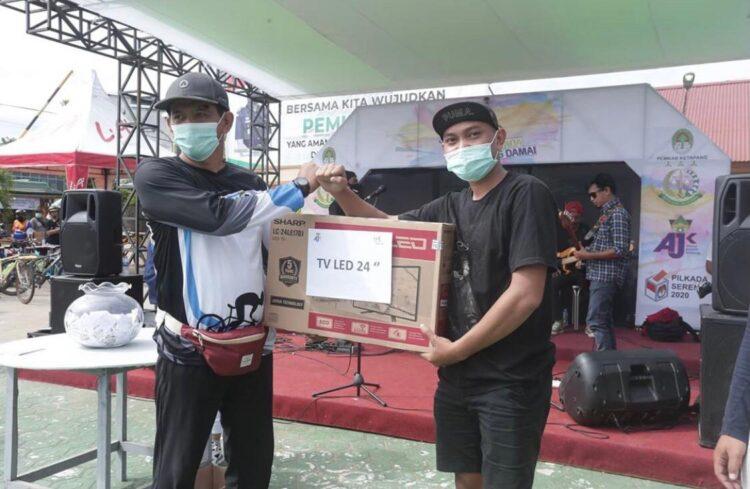 Kadispora saat menyerahkan hadiah satu unit televisi untuk peserta yang beruntung.