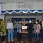 Mewakili Plt Bupati Kabupaten Ketapang, Asisten I Setda Donatus Franseda AP MM  menyerahkan bingkisan natal.