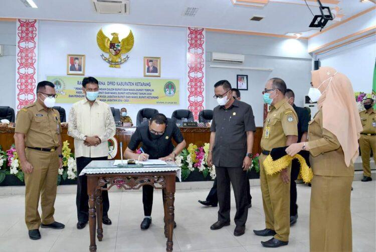 Ketua DPRD M. Febriadi, S.Sos.,M.Si. menanda tangani berita acara penetapan Bupati dan wakil bupati Ketapang terpilih.