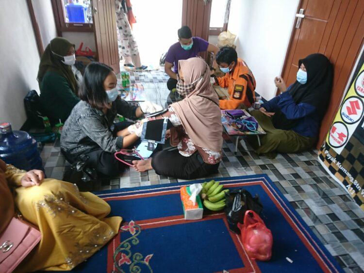Warga Ketapang mendapat kesempatan pemeriksaan kesehatan gratis oleh Tim Medis Relawan Indonesia pada acara HUT Relawan Indonesia ke-10 tahun, Minggu (11/04/2021).