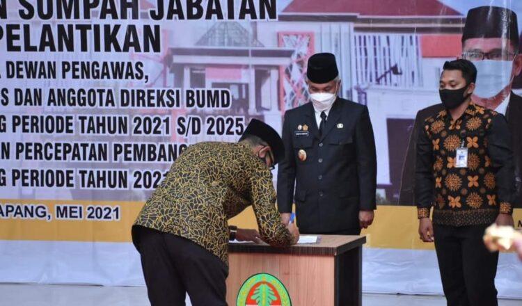 Bupati Ketapang Martin Rantan, SH.,M.Sos melantik dan mengambil sumpah jabatan anggota Direksi,anggota komisaris dari 2 BUMD.