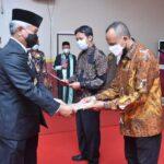 Bupati Ketapang Martin Rantan, SH.,M.Sos menyerahkan SK pelantikan anggota direksi dan dewan pengawas Perusahaan Umum Daerah Ketapang Pangan Mandiri Badan Usaha Milik Daerah (BUMD.