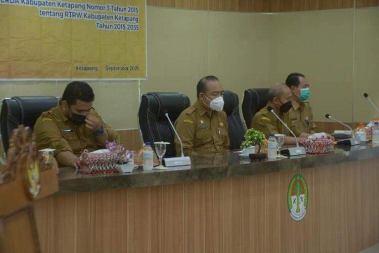 Sekretaris Daerah Kabupaten Ketapang Alexander Wilyo, S.STP., M.Si memimpin rapat
